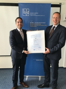 Sebastian Schasche vom TÜV Rheinland und Andreas Vollmer bei der Zertifikats-Übergabe